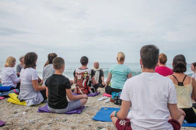 Joga-odmor-Grčka-Chorefto-meditacija-na-plazi